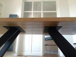 Dettaglio gambe e piano parte inferiore del tavolo