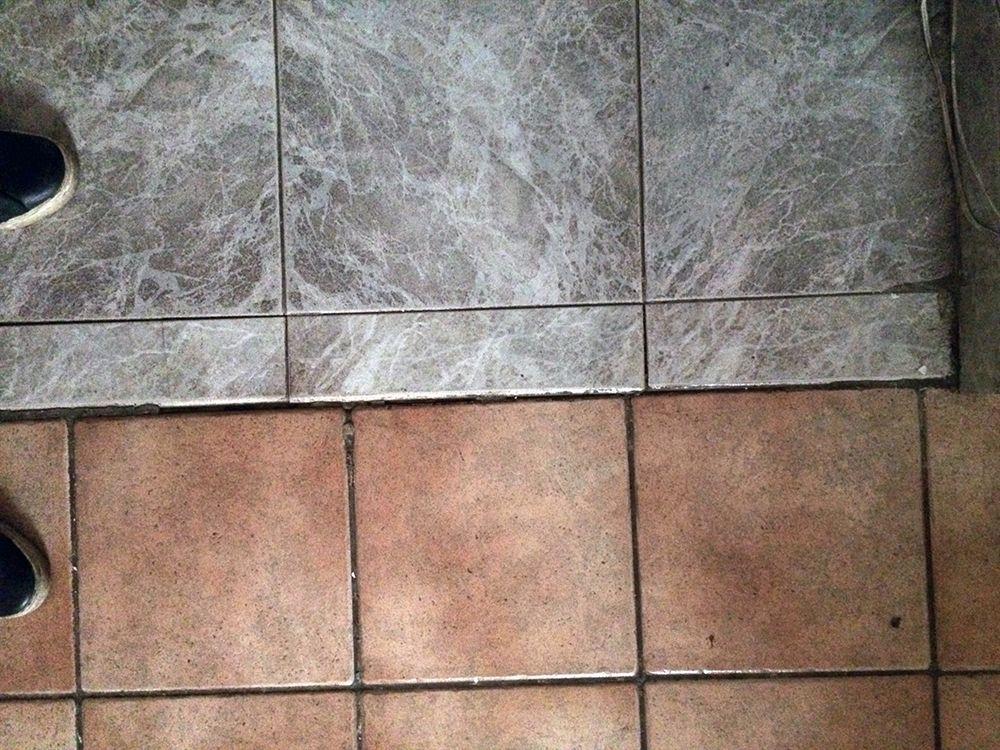 Vecchie piastrelle coprivano pavimento di fine a