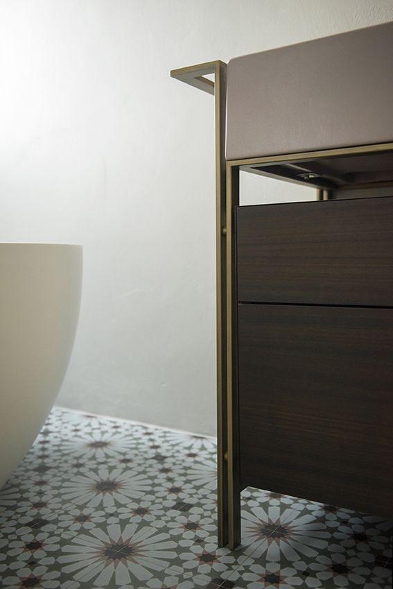 Dettaglio del bagno principale con mobile lavabo Narciso Doppio di Ceramica Cielo