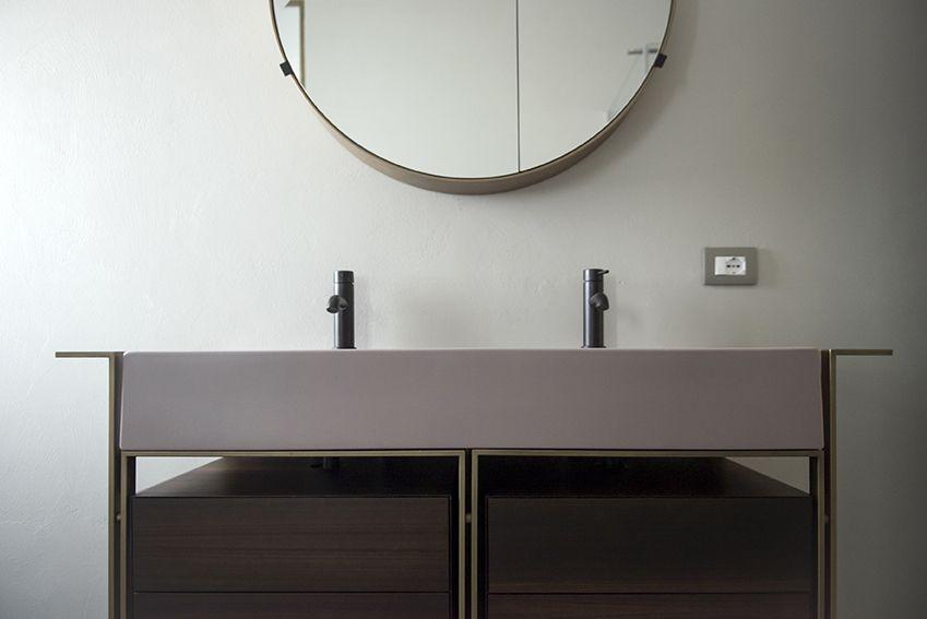 Dettaglio del bagno principale con mobile lavabo Narciso Doppio e specchio Round box di Ceramica Cielo
