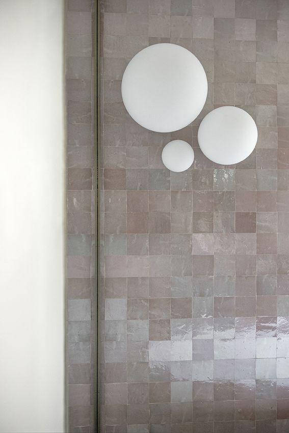 Dettaglio del bagno principale con Zellige rosa e lampade Dioscuri di Artemide