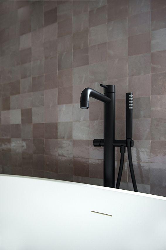 Dettaglio del bagno principale con Zellige rosa e rubinetteria nera