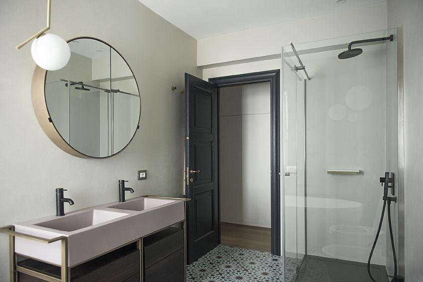 Bagno principale con mobile lavabo, specchio contenitore e rubinetteria nera