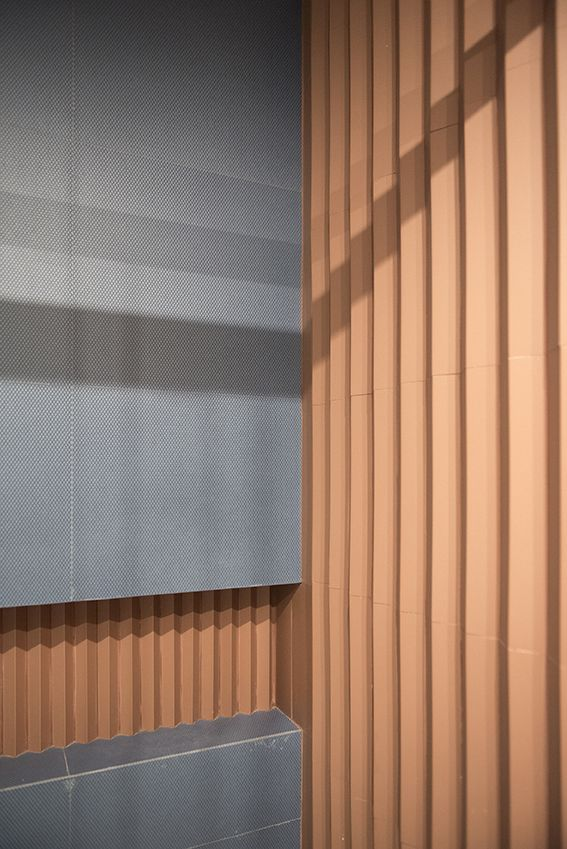Dettaglio del rivestimento a parete del bagno ospiti