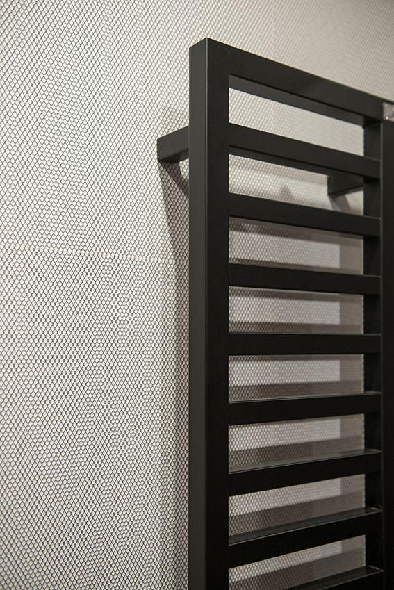 Dettaglio del bagno ospiti con termoarredo nero