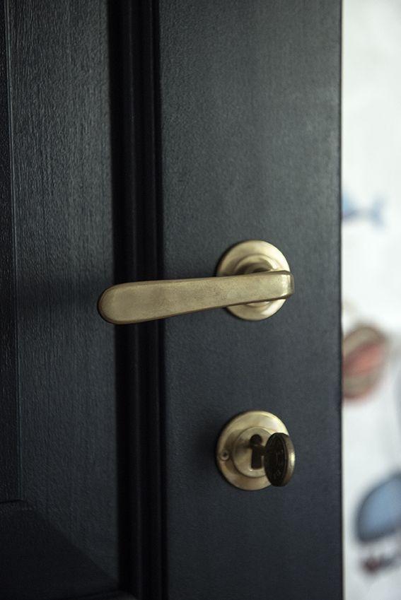 Dettaglio porta blu e maniglia bronzata