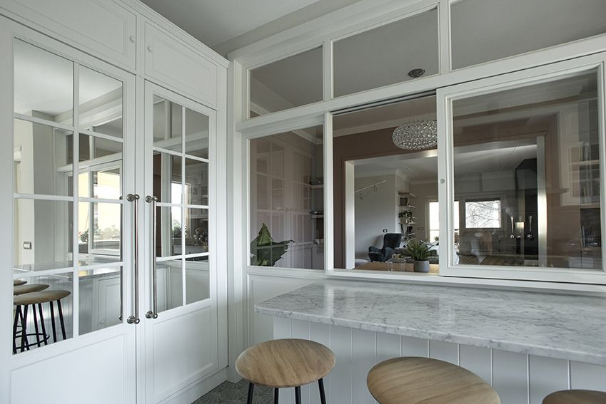 Dettaglio della vetrata scorrevole in legno della cucina