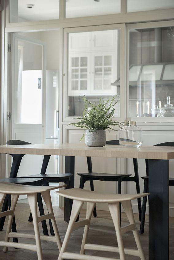 Dettaglio sala da pranzo con vetrata