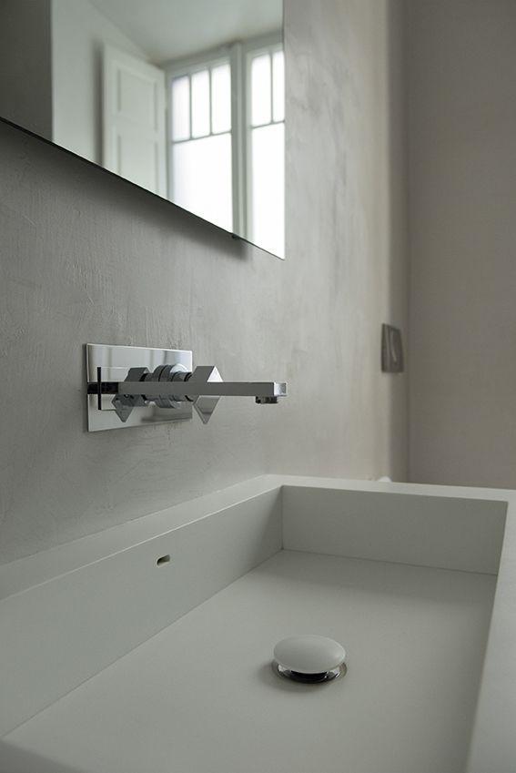 Dettaglio rubinetteria a incasso e lavabo su misura