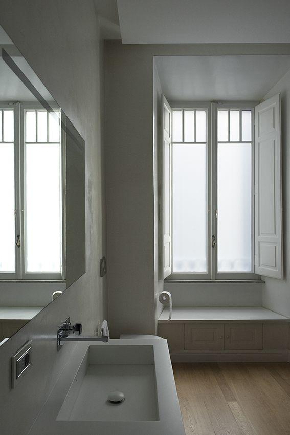Dettaglio specchio rettangolare rubinetteria a incasso e lavabo su misura