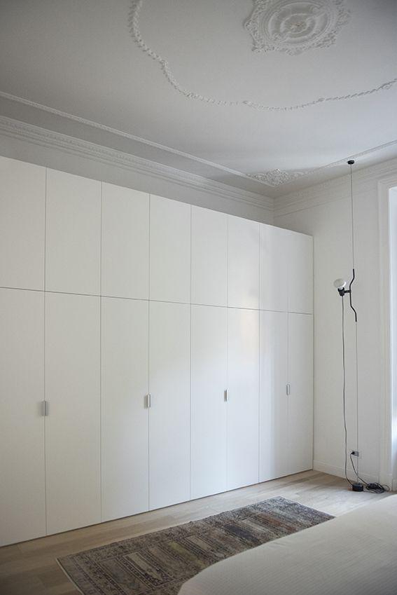 Dettaglio camera da letto armadio su misura e lampada Parentesi di Flos