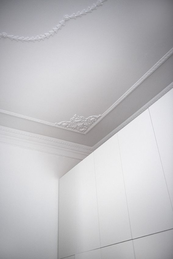 Dettaglio camera da letto armadio su misura e stucchi decorativi a soffitto