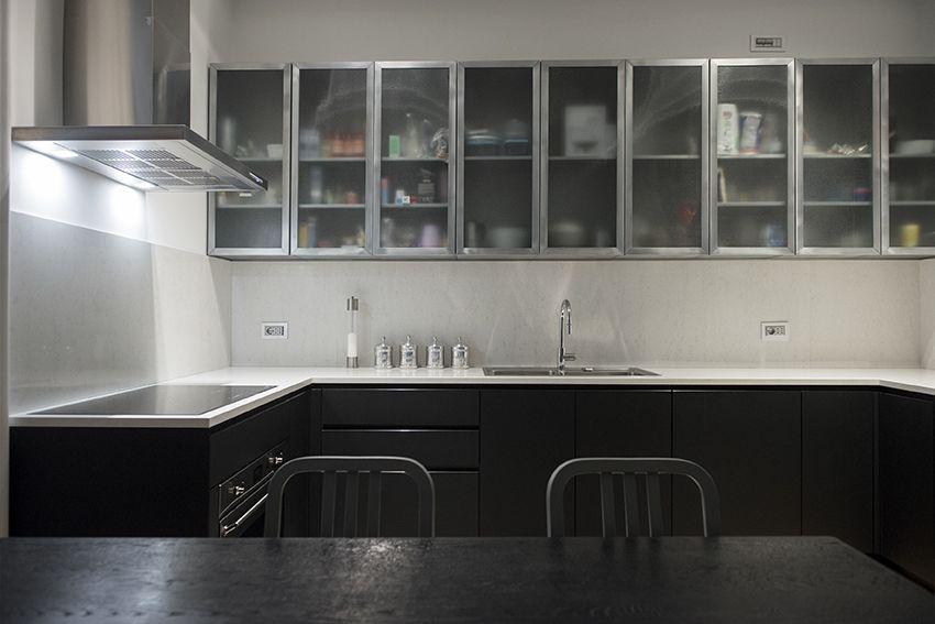 Cucina su misura con pensili in ferro e vetro retinato