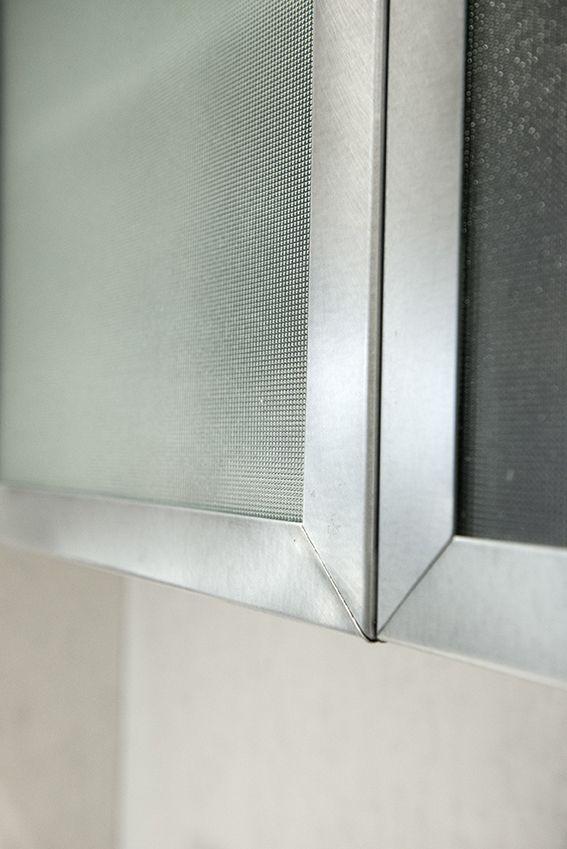 Dettaglio cucina su misura con pensili in ferro e vetro retinato