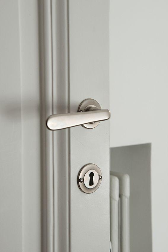 Dettaglio porta laccata e maniglia satinata